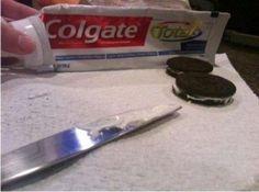 Remplacez la crème des biscuits fourrés par du dentifrice