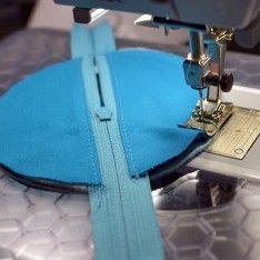 ideas for sewing fabric organization zipper pouch Scrap Fabric Projects, Fabric Scraps, Earbud Holder Diy, Drawstring Bag Tutorials, Zipper Pouch Tutorial, Purse Tutorial, Love Sewing, Sewing Tutorials, Tutorial Sewing