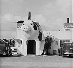 Photo: restaurant with a huge pig, with an opening between the front legs that functions as its entrance. Hacienda Style Homes, Chuck Wagon, Texas History, Old Images, Best Memories, Harlingen Texas, Barbecue, Giraffe, The Past