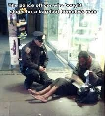 This says Christmas without a single word. A New York police officer bought a homeless man a pair of socks boots. So heartwarming and touching. It's nice to know that there are still some compassionate people in this world. Nick Vujicic, Barefoot Men, A Course In Miracles, Mens Winter Boots, Winter Socks, Homeless Man, Homeless Veterans, Homeless People, Faith In Humanity Restored
