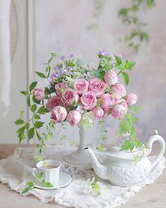 A Kindred Spirit: Photo – Flowers Desing Ideas Arrangements Ikebana, Floral Arrangements, Beautiful Flower Arrangements, Beautiful Flowers, Deco Floral, Floral Design, Flower Vases, Flower Art, Nail Designs Spring