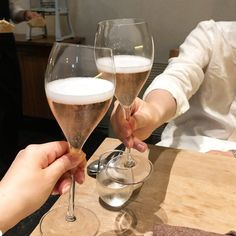Most of us are guilty of automatically thinking that sparkling wine and champagne are the same beverage. Read on for the main differences! Sparkling Wine Vs Champagne, Sparkling Wine Brands, Champagne Brands, Champagne Bottles, Pinot Blanc, Pinot Gris, Wine Making