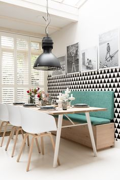 Salle à manger esprit scandinave, mur graphique noir et blanc, banc I Scandinavian style dining room, black and white graphic wall, bench