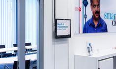 Digitale Türschilder vor den Meetingräumen der IBM