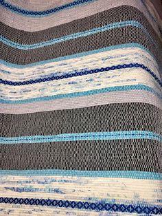 Magnifique catalogne pour bébé entièrement tissé à la main comme autrefois sur métier à tissé. Chaude ,réconfortante et durable,cette couverture saura réchauffer bébé et le réconforter. Tissé comme autrefois par nos grands-mères. Couverture unique,jutilise aussi des fibres recyclées Weaving Projects, Weaving Art, Hand Weaving, Dobby, Loom, Textiles, Quilts, Parfait, Fabrics