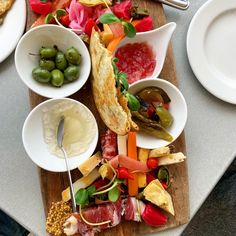 What makes a great Charcuterie board? Delishee will help guide you through the right meats, cheese, fruits and veg ingredients. Wine Jelly, Pork Meat, Charcuterie Board, Smoking Meat, Fruit And Veg, Great Recipes, Spicy, Good Food, Appetizers