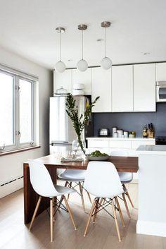 cuisine blanche et bois, table à manger et chaises scandinaves