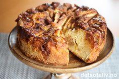 """""""Søt er smaken av syndig kjærlighet."""" (Islandsk ordtak) ♥ Dette er i utgangspunktet en vanlig eplekakeoppskrift, men kaken er gjort ekstra deilig og """"syndig"""" ved at den inneholder hemmelig kransekakemasse og karamellsaus i tillegg til epleskiver, sukker og kanel."""