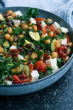Kale salad with chickpeas and baked tomatoes. Raw Food Recipes, Veggie Recipes, Salad Recipes, Vegetarian Recipes, Cooking Recipes, Healthy Recipes, Greens Recipe, Dinner Is Served, I Love Food