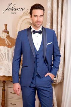 Smoking de mariage bleu roi, revers en soie marine, gilet 5 boutons. Chemise à plastron et boutons bleu marine coordonnés. Nœud pap rose ou autres coloris