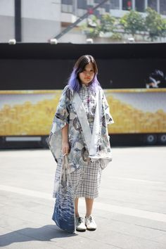prints everywhere:  bold, graphic cotton shawl and intersecting line patterned dress ...   (photo from Garbagelapsap)