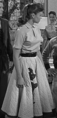 cd19d7bd54acdae9f108b456621f5bb8.jpg (195×400)I think every girl had a poodle skirt!