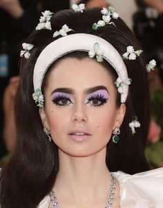 Luxurious With a Gala occasion The very Better of Pores and skin, Hair, and Make-up on the Pink Carpet Superb Lily Collins on the Gala. 1960s Makeup, Retro Makeup, Cute Makeup, Hair Makeup, Twiggy Makeup, Mod Makeup, Disco Makeup, Awesome Makeup, Vintage Makeup Looks