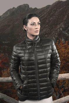 Il Giaccone 8951 di Linda's Over è in nylon lucido ultra light e profili in gros…