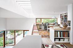 Nos Hamptons, nos Estados Unidos, esta casa foi projetada para aproveitar a luz natural e instalou o escritório no mezanino.