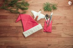 3 toffe manieren om servetten te plooien voor je kersttafel   Radio 2, de grootste familie Gift Wrapping, Christmas Tree, Om, Holiday Decor, Gifts, Gift Wrapping Paper, Teal Christmas Tree, Presents, Wrapping Gifts