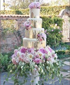 Allow your florist to take your wedding cake to extravagant levels. Allow your florist to take your wedding cake to extravagant levels. Gorgeous Cakes, Pretty Cakes, Divorce Cake, Bolo Cake, Amazing Wedding Cakes, Amazing Cakes, Wedding Cake Inspiration, Wedding Ideas, Wedding Planning