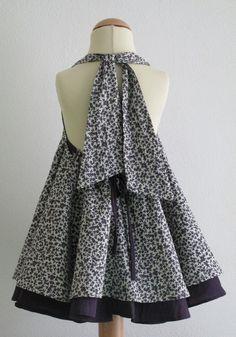 Este glamuroso vestido tiene dos capas de telas. Puede ser atado alrededor del cuello, o deje las correas. Incluso puede convertirse en un vestido