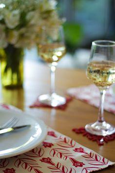 La mesa chilena hermosa con estos individuales y posavasos copihue, flor nacional de Chile. Todo hecho en Chile por la marca TiquiTaca.