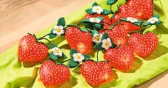 DIY: Lichterkette mit Erdbeeren aus Acryl-Herzen  Mit Anleitung: http://www.vbs-hobby.com/de/themenset/lichterkette-mit-erdbeeren-aus-acryl-herzen-615.html