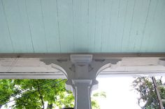 Blue Porch Ceilings In The South - The history behind the tradition of painting porch ceilings blue. Homeowners have been adding a touch of blue paint to their porch ceilings for decades -- a turquoise or powder blue porch ceiling. Outdoor Spaces, Outdoor Living, Outdoor Decor, Down Icon, Haint Blue Porch Ceiling, Keep Bugs Away, Blue Ceilings, Decks And Porches, Down South