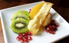 Friteerattu briejuusto ja hedelmät. Katso ohjeet sivulta http://www.kolattu.fi/vuohenjuusto-reseptit/friteerattu-briejuusto-ja-hedelmat