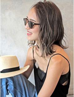 ヘアー サンディ(hair SUNDY) ★ 外国人風【 パールベージュ 】オトナカジュアルミディアム ★ Medium Hair Styles, Short Hair Styles, Highlights For Dark Brown Hair, Hair Arrange, Business Hairstyles, Hair Setting, Haircut And Color, Grunge Hair, How To Make Hair