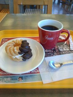 ミスドでドーナツ&ブレンドコーヒーいただいています。おいしいです。