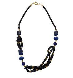 Colar em pedra natural nas cores preta e azul Bic.