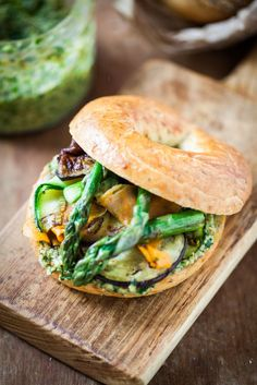 Bagel with pesto and grilled vegetables; I feel it calling our name. Paninis, I Love Food, Good Food, Yummy Food, Bagels, Tapas, Pesto, Bagel Sandwich, Lunch Sandwiches