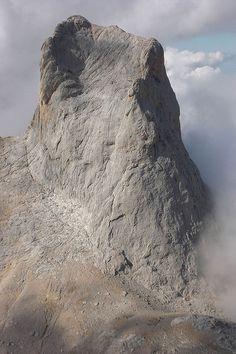 Cara sur del Naranjo de Bulnes o Picu Urriellu, Picos de Europa. No dejes de visitarlos si vienes a  Cantabria   Spain   www.turismodecantabria.com