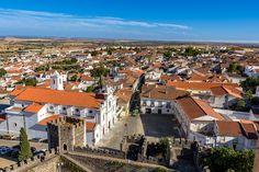 Bezoek aan veelzijdig Portugal (Alentejo) - via Meersmaak 30-10-2016 | Alentejo is gekend om zijn eeuwenoude, als werelderfgoed erkende, steden Evora en Beja, zijn wijnproductie, zijn witgekalkte huizen en de immens uitgestrekte velden. Koeien en schapen langs de weg zijn geen uitzondering. Foto: Castelo de Beja