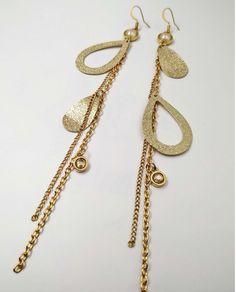 Κρεμαστά σκουλαρίκια με χρυσά στοιχεία, πέτρες και πέρλες Swarovski, από τη συλλογή Editorial. Handmade Jewellery, Swarovski, Gold Necklace, Jewelry, Fashion, Moda, Handmade Jewelry, Gold Pendant Necklace, Jewlery