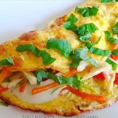 Edels Mat & Vin: Omelett med asiatisk coleslaw og jalapeño magerost... Cole Slaw, Vegetable Pizza, Vegetables, Food, Omelet, Coleslaw, Coleslaw Salad, Essen, Vegetable Recipes