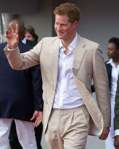 Prince Harry Cream Suit with white shirt. Prince Harry Of Wales, Prince William And Harry, Prince Harry And Megan, Prince Henry, Royal Prince, Harry And Meghan, William Kate, Duchess Kate, Duchess Of Cambridge