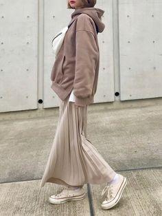 Cream|Auntie Rosa Holidayのパーカーを使ったコーディネート - Back Modern Hijab Fashion, Love Fashion, Korean Fashion, Womens Fashion, Casual Skirt Outfits, Mode Outfits, Autumn Fashion Women Fall Outfits, Winter Fashion, Business Casual Skirt