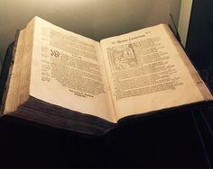 Musée national d'Islande - Reykjavik - Bible Gudbrandur- 12) EXPOSITION PERMANENTE- PERIODE 1400-1600. EN VERTU DE LA LOI DANOISE.  Le roi de Danemark est venu se prononcer sur la Norvège, et est ainsi devenu roi d'Islande. Il a forcé l'église islandaise à devenir luthérienne. Au 14°s, les familles royales norvégiennes et danoises ont été réunies et la couronne norvégienne a été absorbée par la danoise.