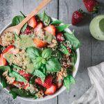 quinoasalat-erdbeeren-zuckerschoten-avocadodressing