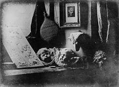Natureza morta com baixo relevo a partir de Jean Goujon (1837), de Louis Jacques Mandé Daguerre. Leia um breve ensaio sobre essa imagem, as relações da fotografia com a pintura e o que está em jogo no advento do aparelho fotográfico: http://incinerrante.com/natureza-morta-com-baixo-relevo-partir-de-jean-goujon-1837-de-louis-jacques-mande-daguerre/