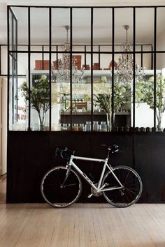 An architect apartment in Paris In a Paris' apartment dated 1930 which it owns, an interior designer has created a design both refined and peaceful. Steel Windows, Steel Doors, Windows And Doors, Black Windows, Casement Windows, Interior Architecture, Interior And Exterior, Interior Design, Interior Windows