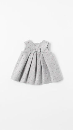 Forget the satin poofie dresses. Try a simpler, sleeker (and much more rewearable) frock for the flower girl! How cute would she be wearing this with a giant hot pink peony in hand? Newborn Fashion, Baby Girl Fashion, Toddler Fashion, Kids Fashion, Zara Mini, Zara Baby, Mini Vestidos, Little Dresses, Girls Dresses