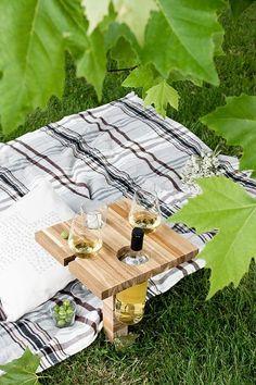 Ikea Hack: Eine ausführliche DIY Anleitung, wie man einen kleinen Picknicktisch / Weinhalter aus einem Ikea Schneidebrett selber bauen kann.