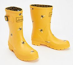 Rainy days never brought such joy! These waterproof boots are cute and fun! From Joules. Yellow Rain Boots, Cute Rain Boots, Girls Rain Boots, Short Rain Boots, Rubber Rain Boots, Rain Shoes, Big Calves, Rain Boots Fashion, Green Raincoat