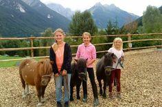 Die Kinder haben viel Freude und Beschäftigung mit unseren Ponys Riding Holiday, Horses, Animals, Playground, Horseback Riding, Glee, Children, Animales, Animaux