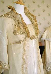 Gorgeous detail of Marianne Dashwood´s wedding gown in the 1995 production of Sense and Sensibility, starring Emma Thompson and Kate Winslet. Costume designed by Jenny Beavan & John Bright. Period Costumes, Movie Costumes, Historical Costume, Historical Clothing, Regency Dress, Regency Era, Jane Austen Movies, North And South, Hollywood Costume