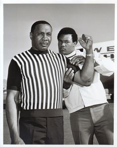 Former and future heavyweight champions Sonny Liston and George Foreman meet at McCarren Airport in Las Vegas. Two heavy hitters undone by the wit of The Greatest! Mike Tyson, Max Schmeling, Boxing Images, Muhammad Ali Boxing, Afro, Professional Boxing, Boxing History, Boxing Champions, George Foreman