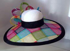 Multi kleur Sinamay brede rand hoed bijgesneden in zwarte Sinamay. Dit was aangepaste gemaakt voor een klant in Texas - maar één kan worden gemaakt voor u in een verscheidenheid van trim kleuren. Kop maat 22.5 en omvat een band van de grootte aan te passen voor een comfortabele pasvorm.