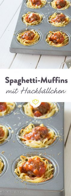 Nudeln mit Fleischbällchen und Tomatensauce kann ja jeder. Viel mehr Eindruck hinterlässt du mit diesen kleinen Muffins aus Spaghetti-Nestern, die mit einer würzigen Tomatensauce und einem kleinen Hackbällchen getoppt werden. Überbacken mit Parmesan kann diesem kleinen Partysnack keiner mehr widerstehen.