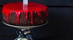 Der einfache Halloween-Kuchen, den wir Dir heute zeigen, lässt mit seinem knalligen roten Guss die Herzen von Halloween-Fans höher schlagen. Candy Melts, Candy Corn, Halloween 2020, Happy Halloween, Halloween Backen, Pumkin Carving, Cupcakes, Cake Pops, Food And Drink