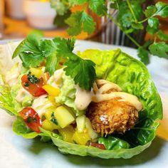 Alltså magiskt gott!! 🤍 Friterad kyckling i salla... Chicken Wing Recipes, Deli, Chicken Wings, Tapas, Broccoli, Foodies, Lunch, Dinner, Healthy